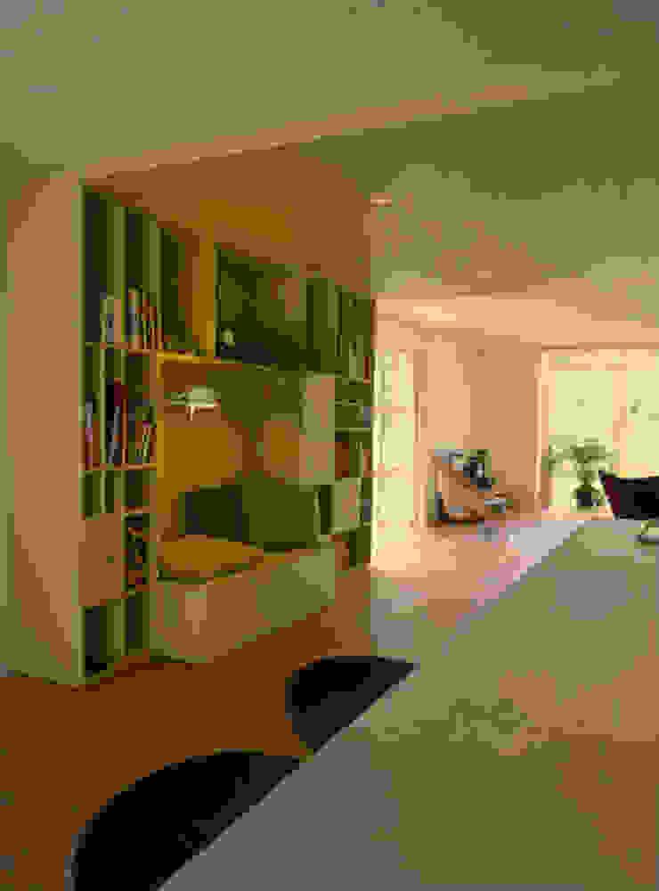 Doorkijk vanaf kookeiland op maatwerk kast als roomdivider tussen woonkamer en woonkeuken Moderne woonkamers van Denk Ruim Over Interieur Modern Hout Hout