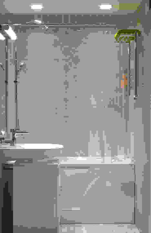 Baños de estilo minimalista de ИнтеРИВ Minimalista