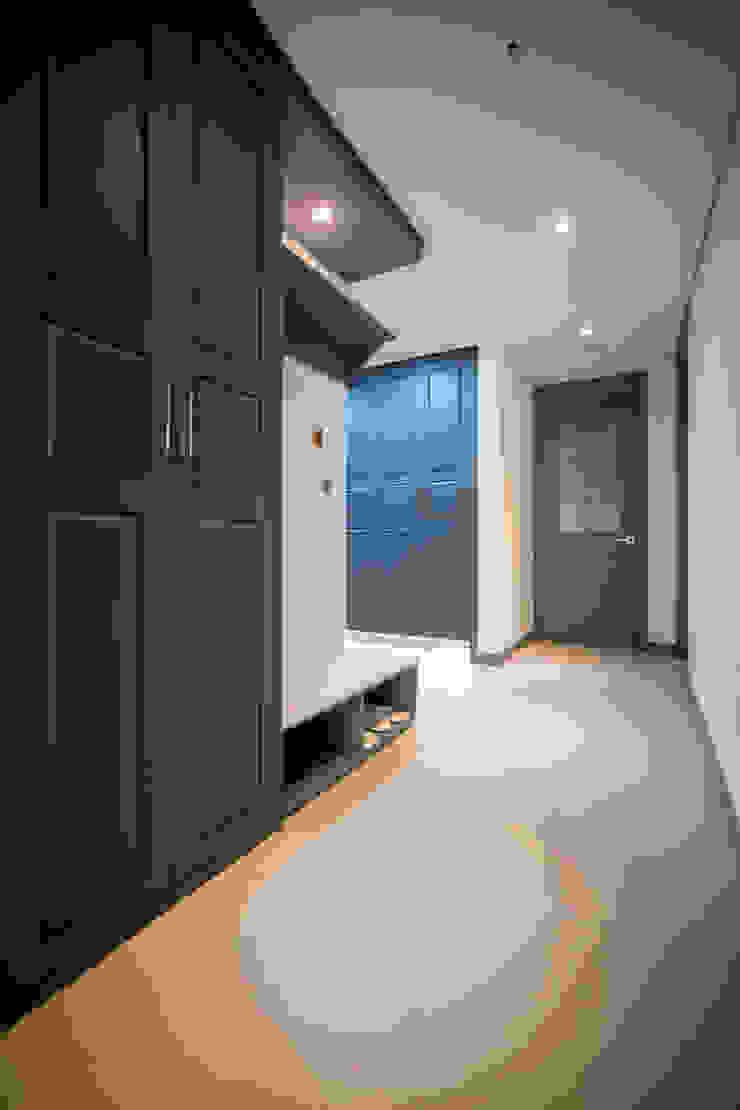 Couloir, entrée, escaliers modernes par 제시카디자인그룹 Moderne