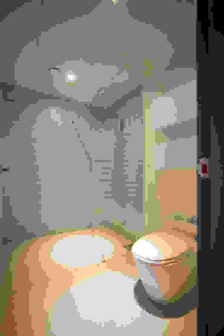 Salle de bain moderne par 제시카디자인그룹 Moderne