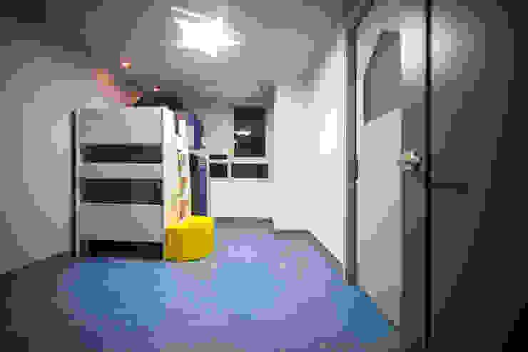 Salle multimédia moderne par 제시카디자인그룹 Moderne