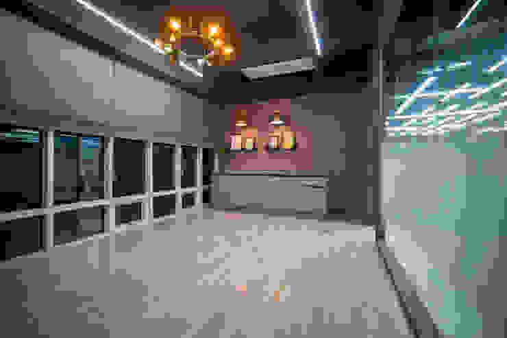 Locaux commerciaux & Magasin modernes par 제시카디자인그룹 Moderne