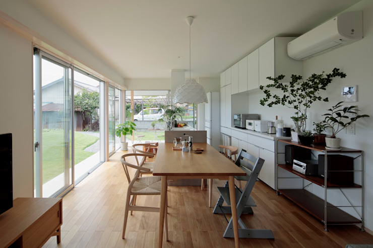 Minimalist dining room by arc-d Minimalist