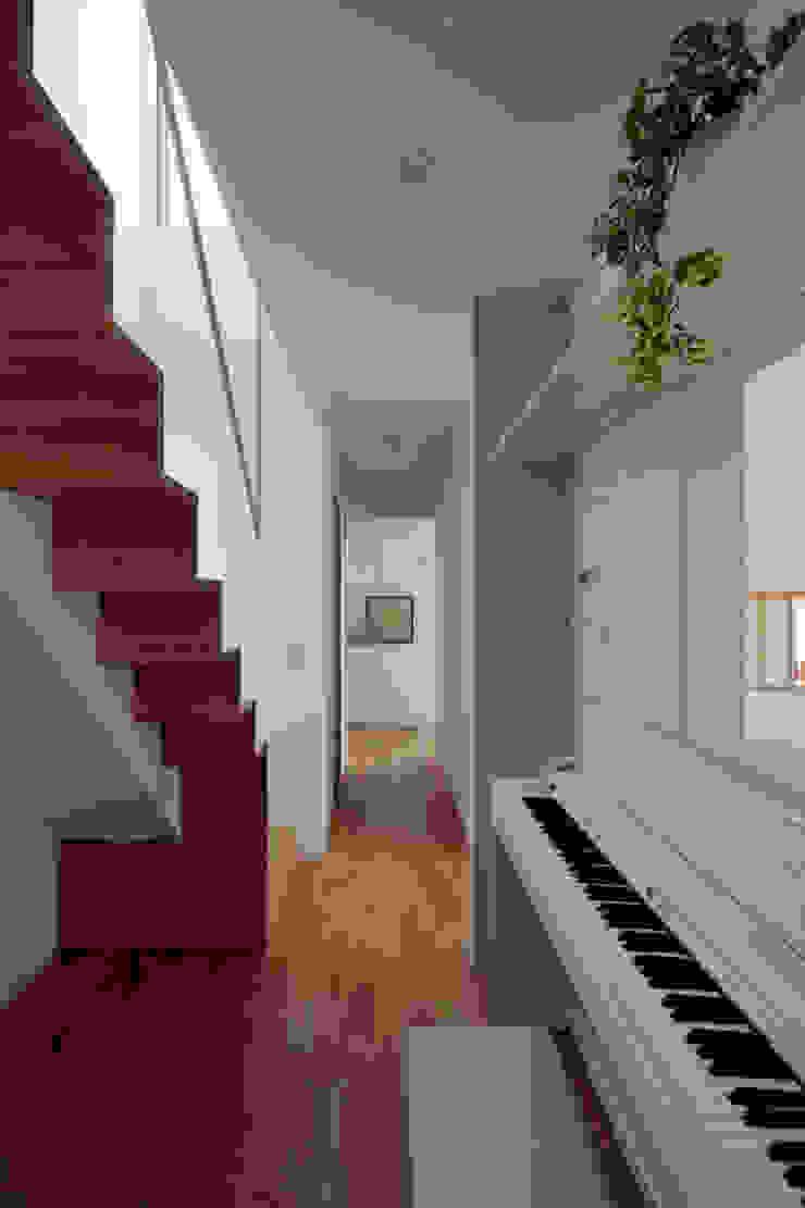Minimalist corridor, hallway & stairs by arc-d Minimalist