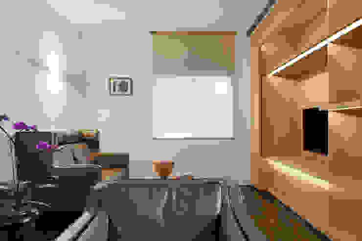 Гостиная в стиле модерн от 何侯設計 Ho + Hou Studio Architects Модерн