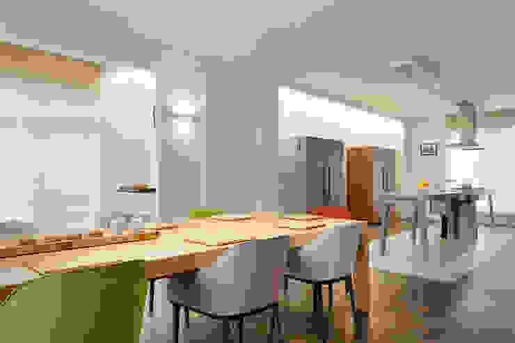 Столовая комната в стиле модерн от 何侯設計 Ho + Hou Studio Architects Модерн