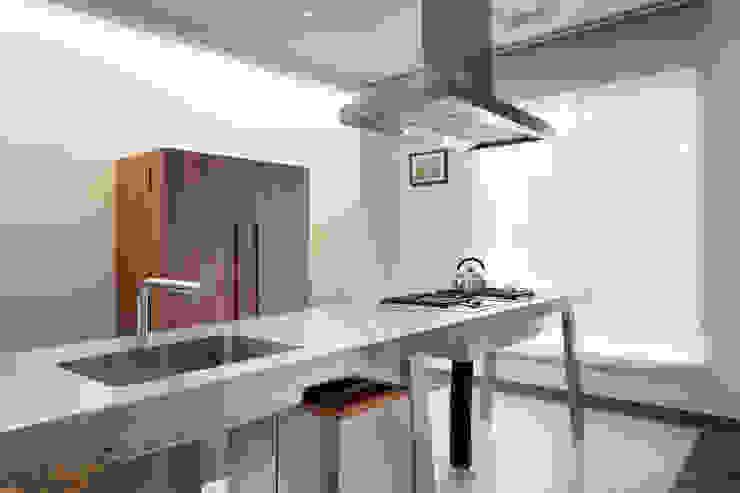 Кухня в стиле модерн от 何侯設計 Ho + Hou Studio Architects Модерн