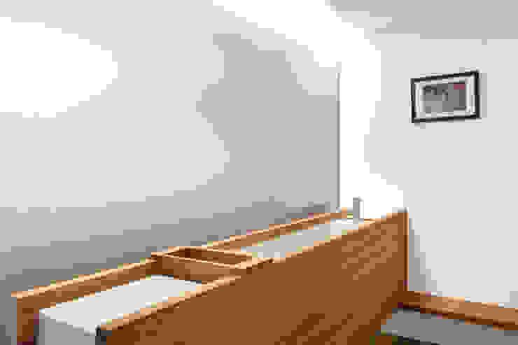 Ванная комната в стиле модерн от 何侯設計 Ho + Hou Studio Architects Модерн