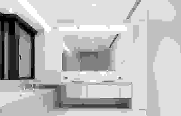梁宅 Liang Residence 現代浴室設計點子、靈感&圖片 根據 何侯設計 Ho + Hou Studio Architects 現代風