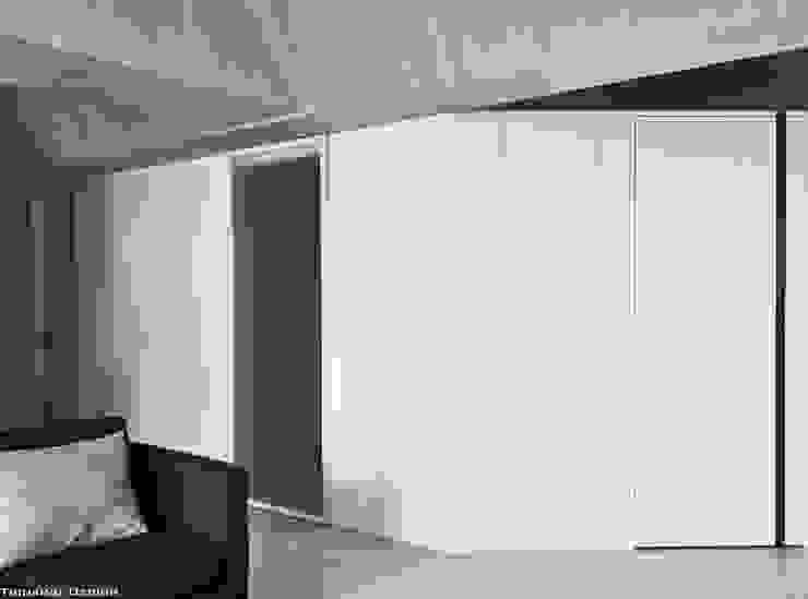 Minimalist corridor, hallway & stairs by 思維空間設計 Minimalist