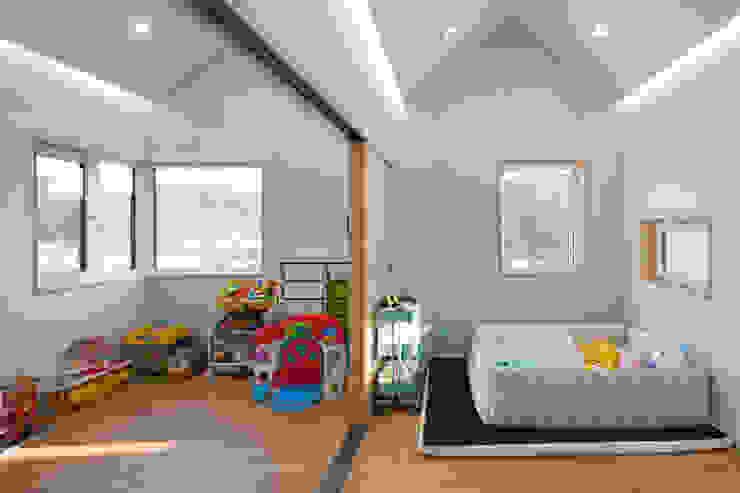 2층 아이들 공간: 위드하임의  아이방