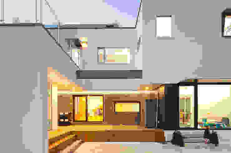 주택외관 (야간): 위드하임의  주택,모던