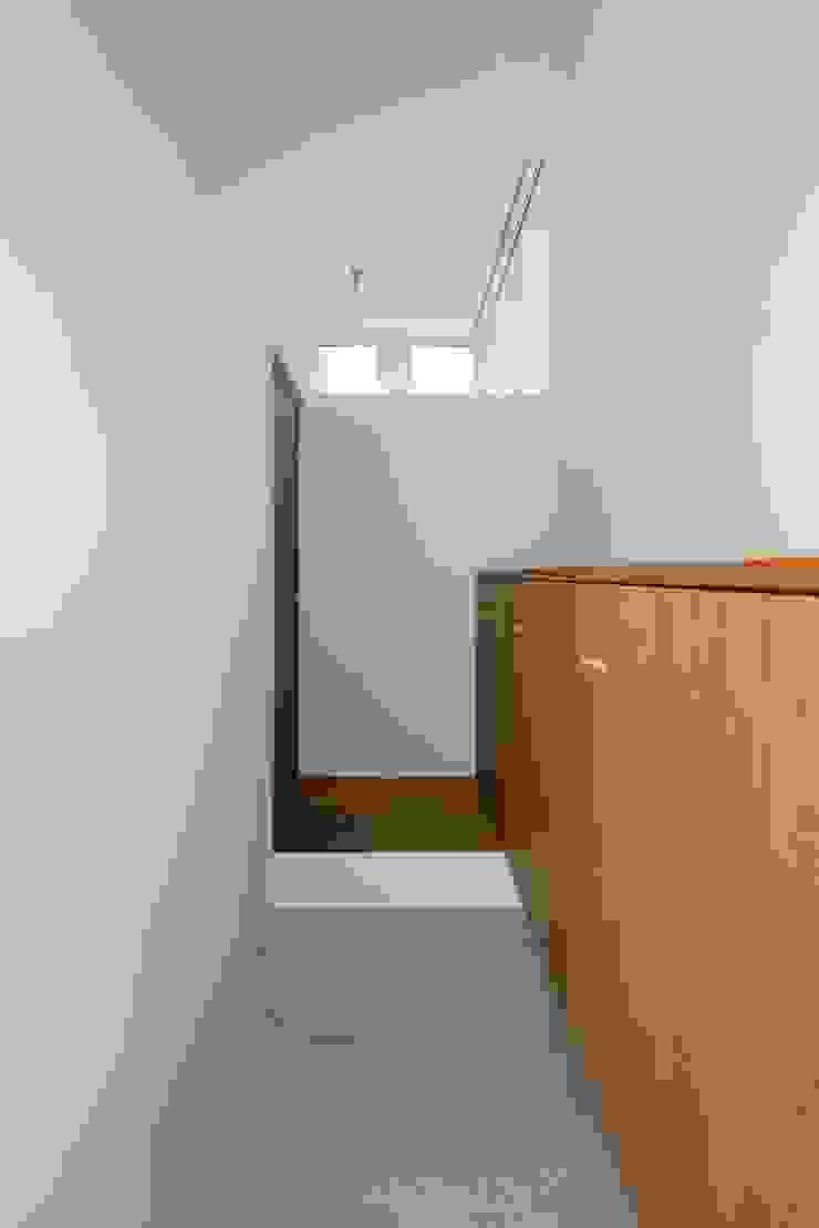 Minimalist corridor, hallway & stairs by N.A.O Minimalist