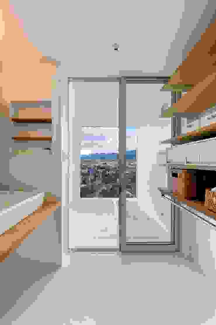 Minimalist style bathroom by N.A.O Minimalist