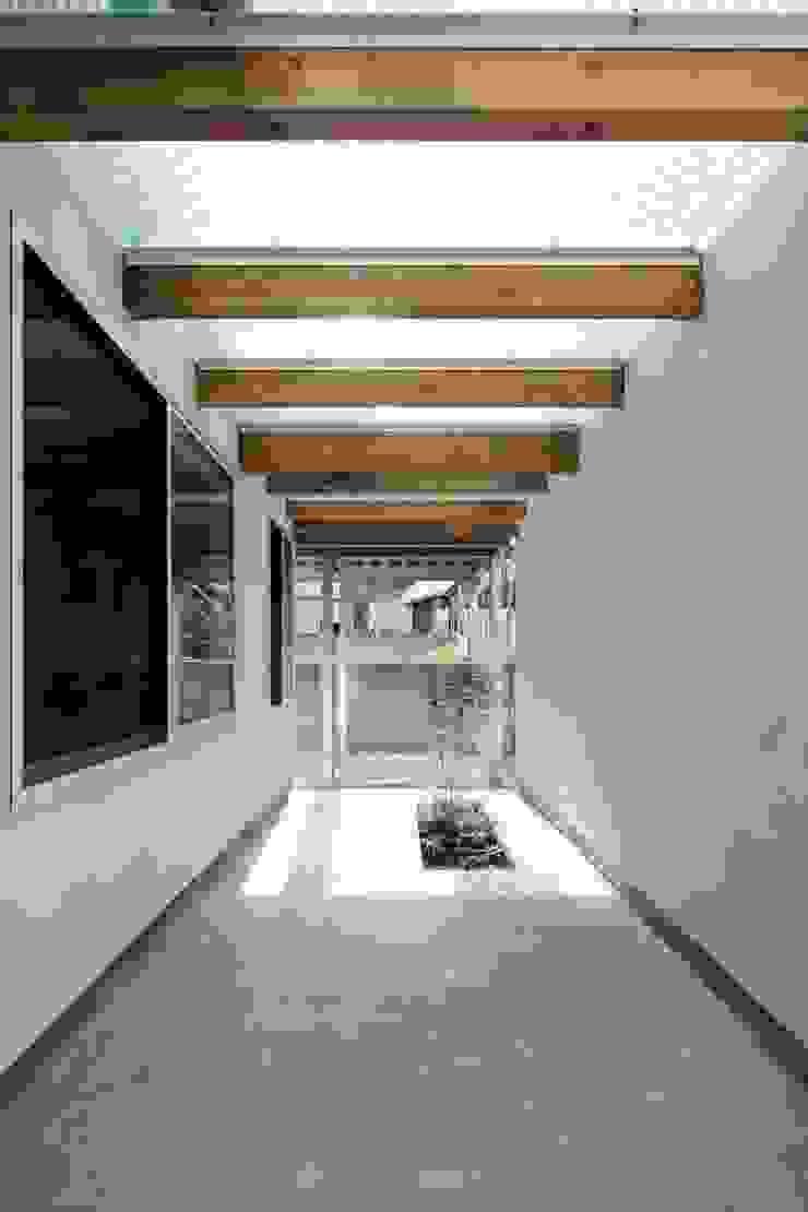 Minimalist style garden by N.A.O Minimalist