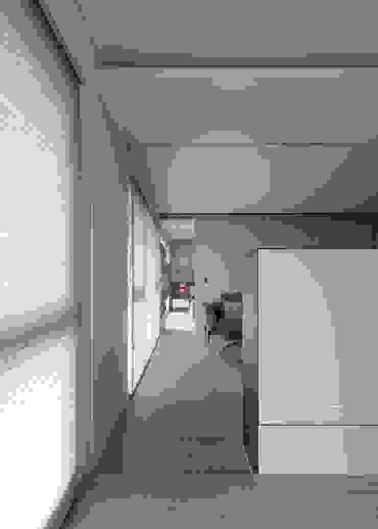 串連公領域及私領域 現代風玄關、走廊與階梯 根據 極簡室內設計 Simple Design Studio 現代風