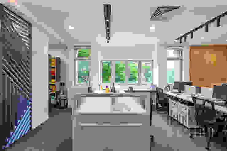 Thiết kế thi công nội thất văn phòng (V3) bởi Dandelion Design Construction Hiện đại