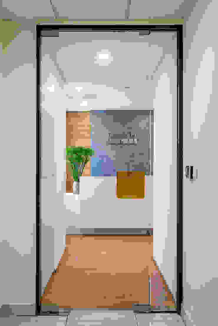 Thiết kế thi công nội thất văn phòng (V8) bởi Dandelion Design Construction Hiện đại