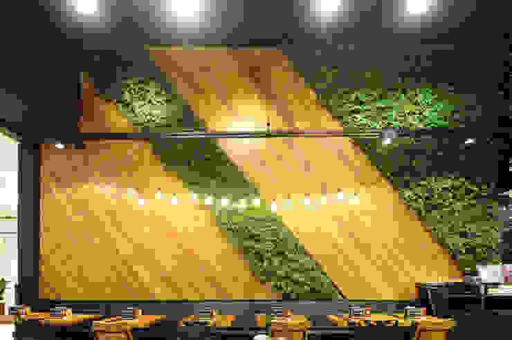 Vertical Garden - Jardim Vertical e Paisagismo Corporativo Pareti & Pavimenti in stile tropicale