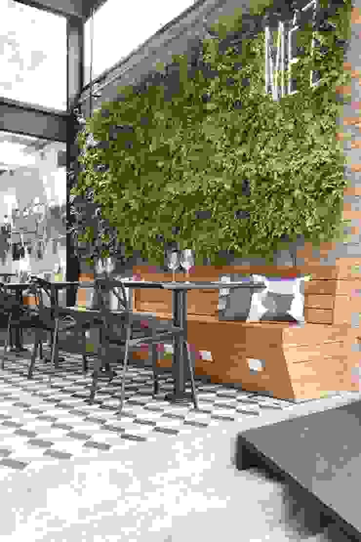 Vertical Garden - Jardim Vertical e Paisagismo Corporativo Pareti & Pavimenti in stile industriale