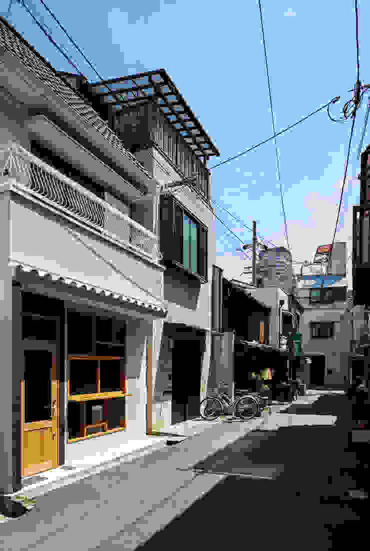 Minimalistische Häuser von coil松村一輝建設計事務所 Minimalistisch
