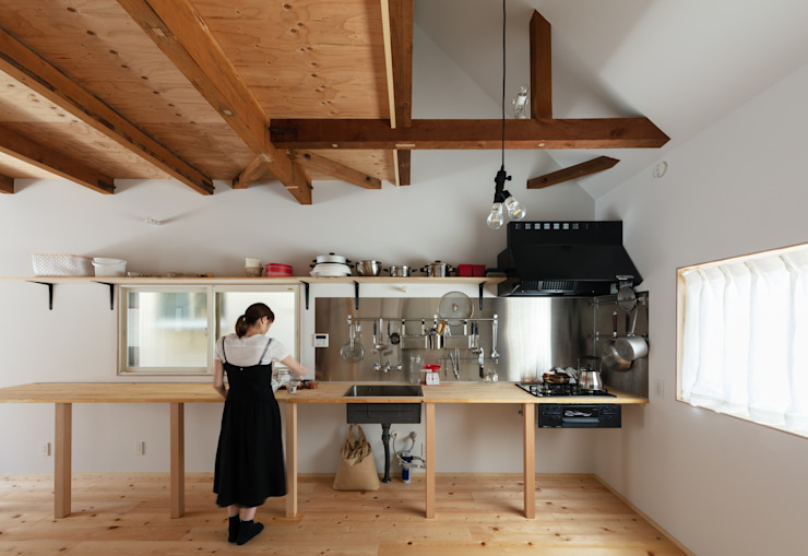 Cocinas minimalistas de coil松村一輝建設計事務所 Minimalista