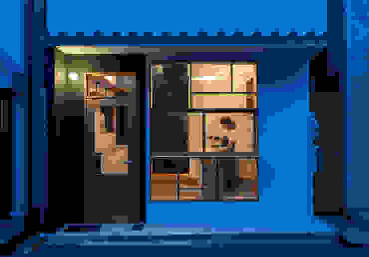 Casas minimalistas de coil松村一輝建設計事務所 Minimalista