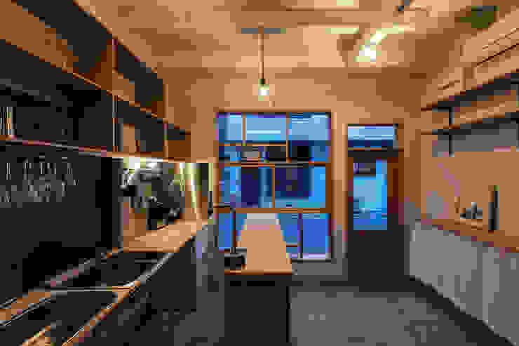 Pasillos, vestíbulos y escaleras minimalistas de coil松村一輝建設計事務所 Minimalista