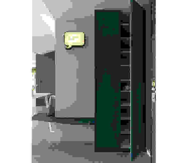 Corredores, halls e escadas escandinavos por 寓子設計 Escandinavo