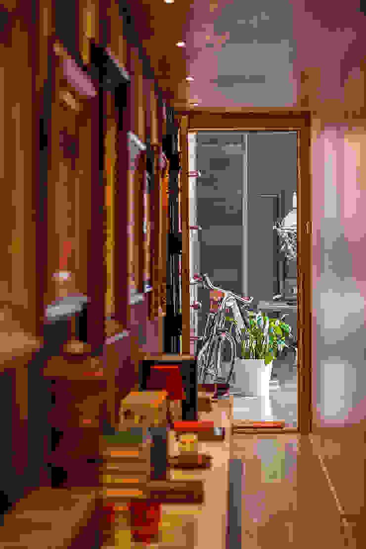LOFT CAN FELIPA Pasillos, vestíbulos y escaleras de estilo moderno de ESTUDIO DE CREACIÓN JOSEP CANO, S.L. Moderno