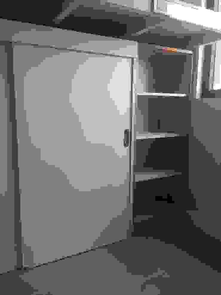 Mobiliario Dormitorio Niña de MMAD studio - arquitectura interiorismo & mobiliario - Madera maciza Multicolor