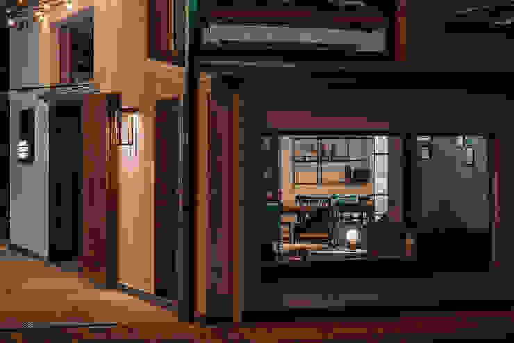 Vetrina lounge Bar & Club in stile industrial di manuarino architettura design comunicazione Industrial Cemento