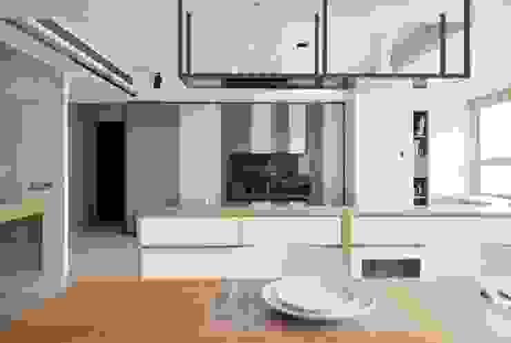 餐廳望向客廳的視角 Modern Dining Room by 直方設計有限公司 Modern