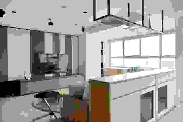 電視牆面與家具呈現灰色調 Modern Living Room by 直方設計有限公司 Modern
