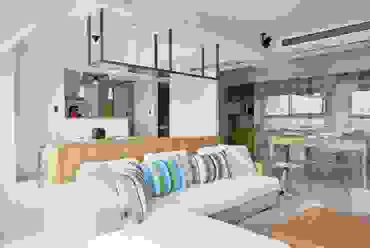 客廳與書房用玻璃隔出 Modern Study Room and Home Office by 直方設計有限公司 Modern