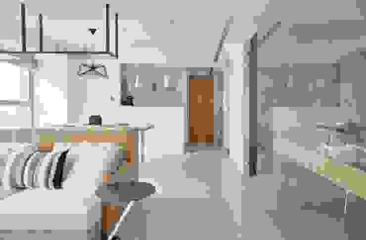 像吧台一樣的廚房 by 直方設計有限公司 Modern