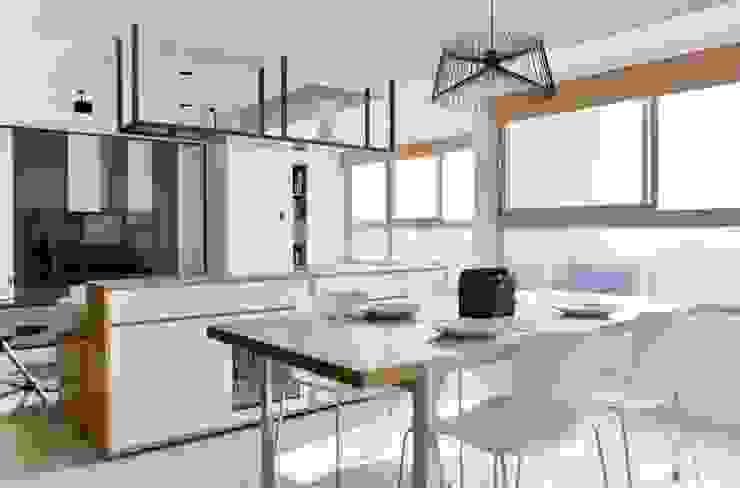 餐廳與客廳利用木櫃做出分隔 Modern Dining Room by 直方設計有限公司 Modern