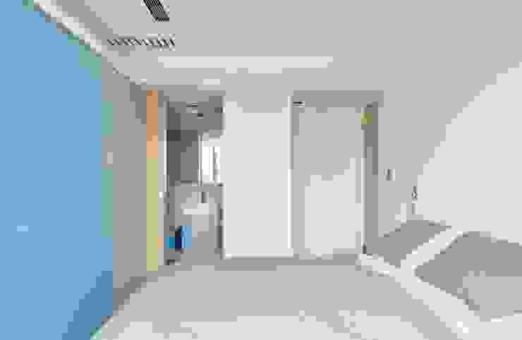 利用拉門將浴室隱藏並能簡省空間 Modern Bedroom by 直方設計有限公司 Modern
