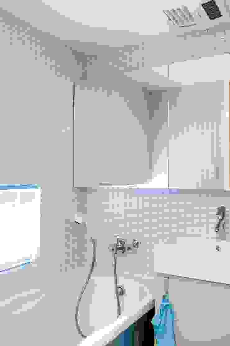 主臥浴室設有浴缸 Modern Bathroom by 直方設計有限公司 Modern