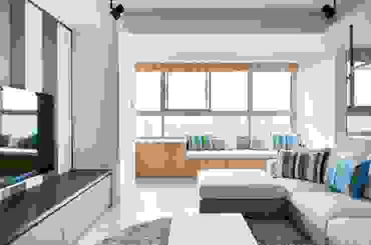 客廳窗邊設有臥榻,欣賞窗外風景 Modern Living Room by 直方設計有限公司 Modern