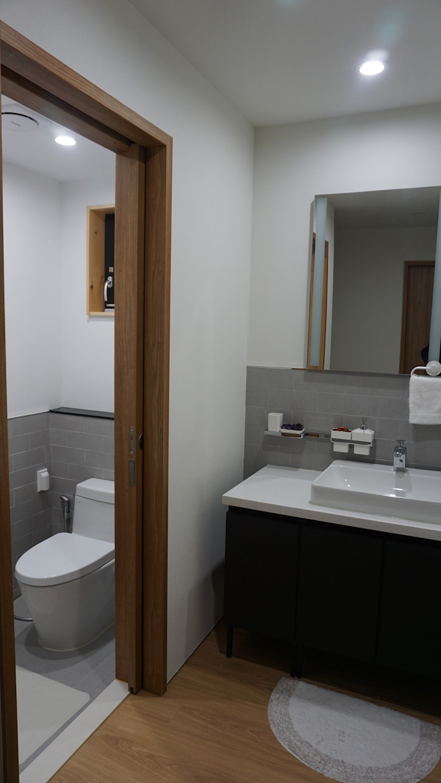 FARM HOUSE – 후정과 농원의 집 모던스타일 욕실 by HOMEPOINT. 모던