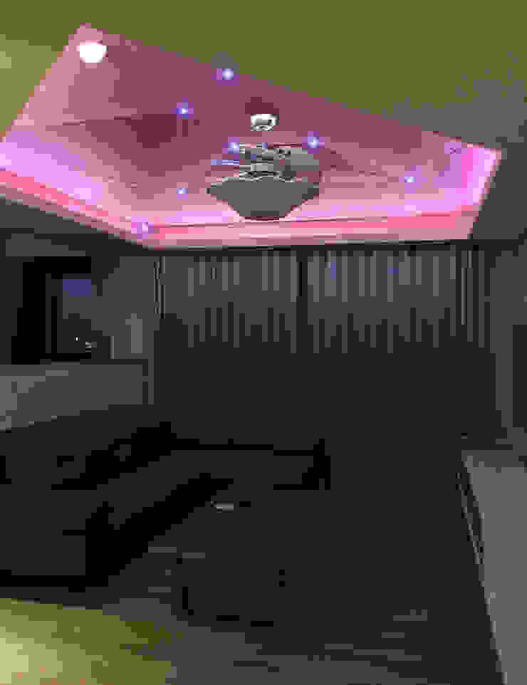 客廳/獨特的線條切割天花板 圓方空間設計 现代客厅設計點子、靈感 & 圖片 合板 Purple/Violet