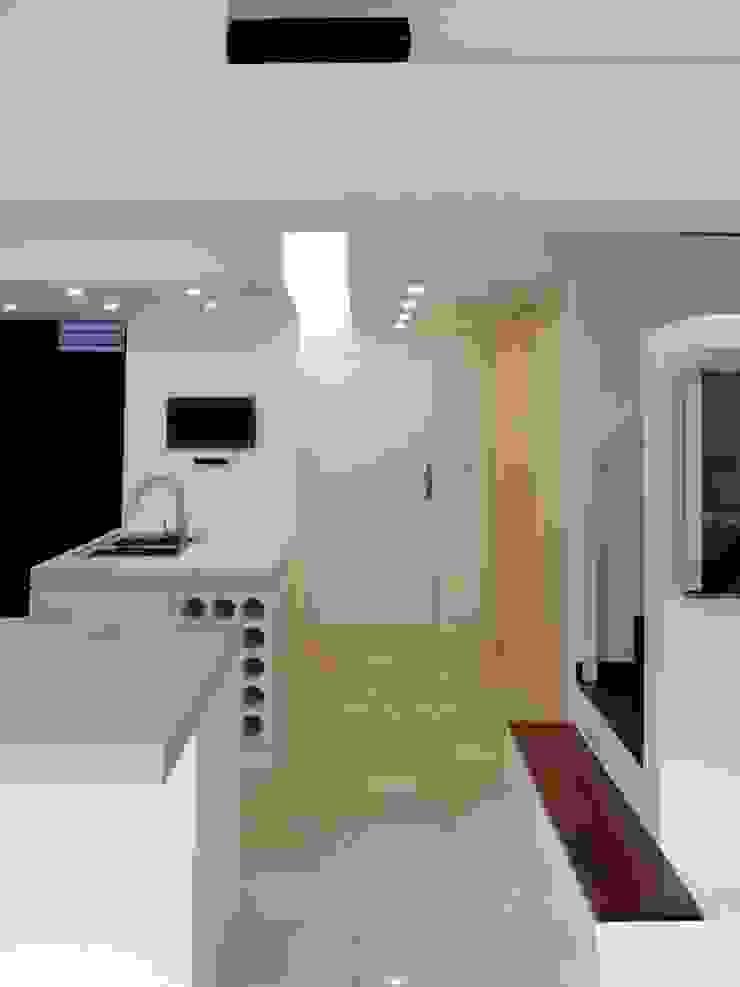 El Cigarral Pasillos, vestíbulos y escaleras de estilo minimalista de RRA Arquitectura Minimalista Madera Acabado en madera