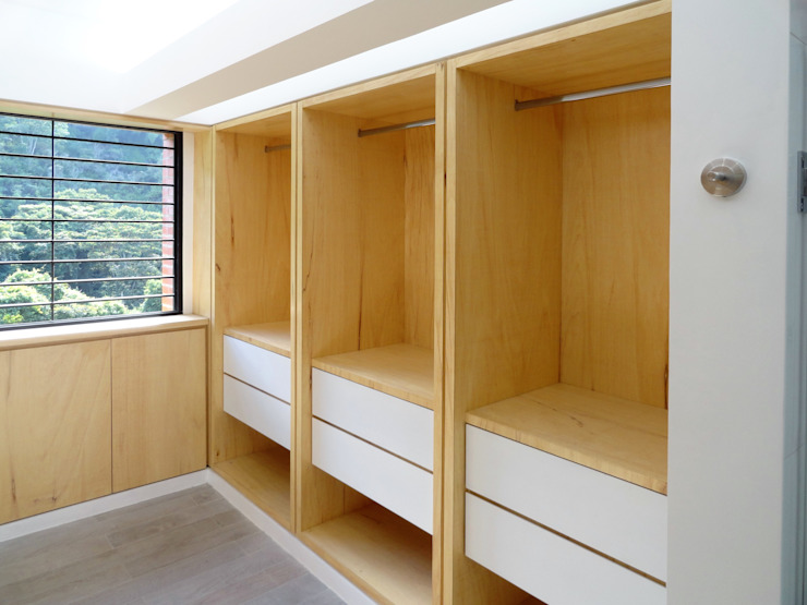 El Cigarral Closets de estilo minimalista de RRA Arquitectura Minimalista Madera Acabado en madera