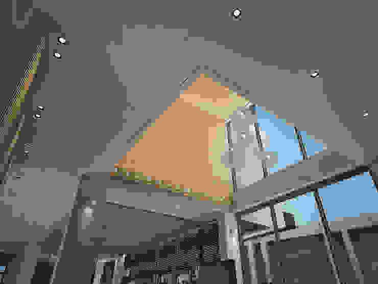 挑高的客廳空間 现代客厅設計點子、靈感 & 圖片 根據 竹村空間 Zhucun Design 現代風