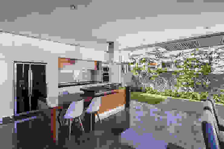 225 House: Cocinas de estilo  por 21arquitectos,