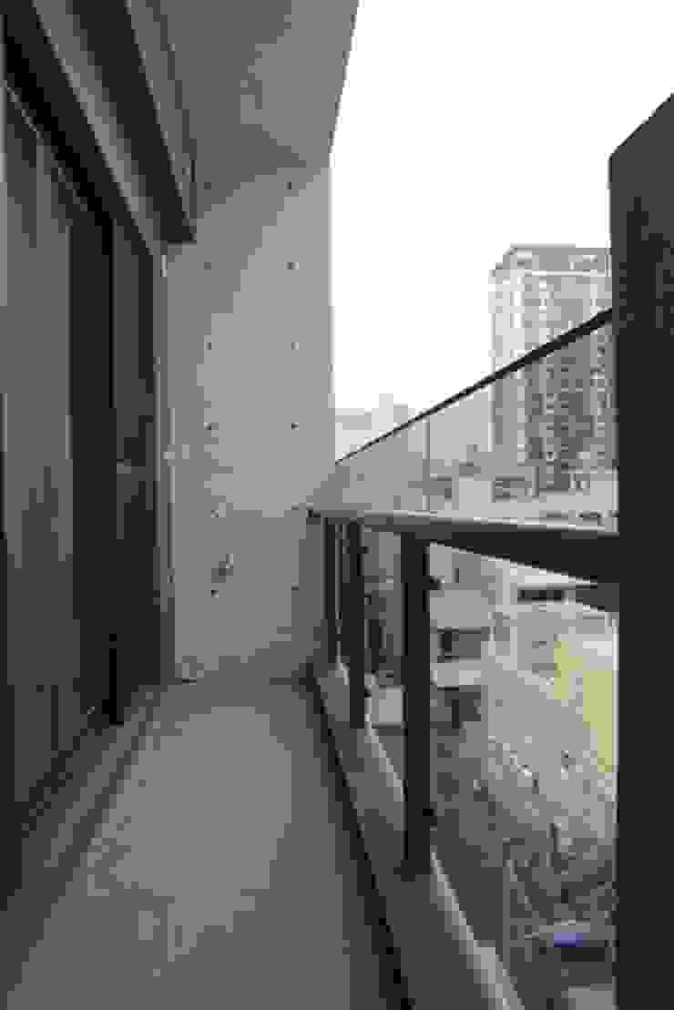 陽台使用玻璃欄杆 by 勻境設計 Unispace Designs Modern Glass