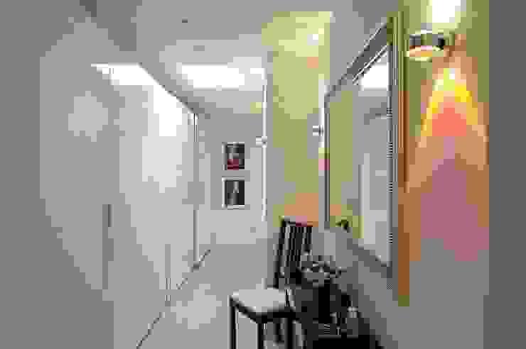 schüller.innenarchitektur Modern Dressing Room Glass White