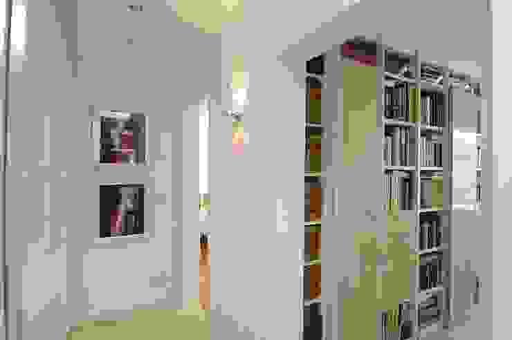 schüller.innenarchitektur Modern Corridor, Hallway and Staircase Glass White
