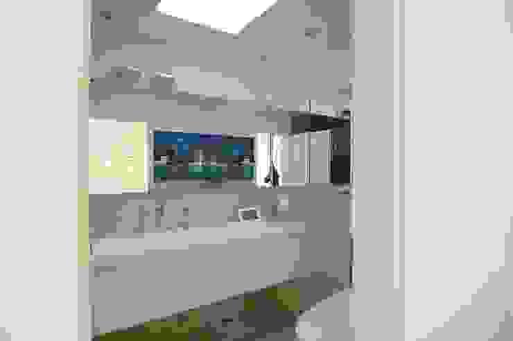 schüller.innenarchitektur Modern Bathroom Glass White
